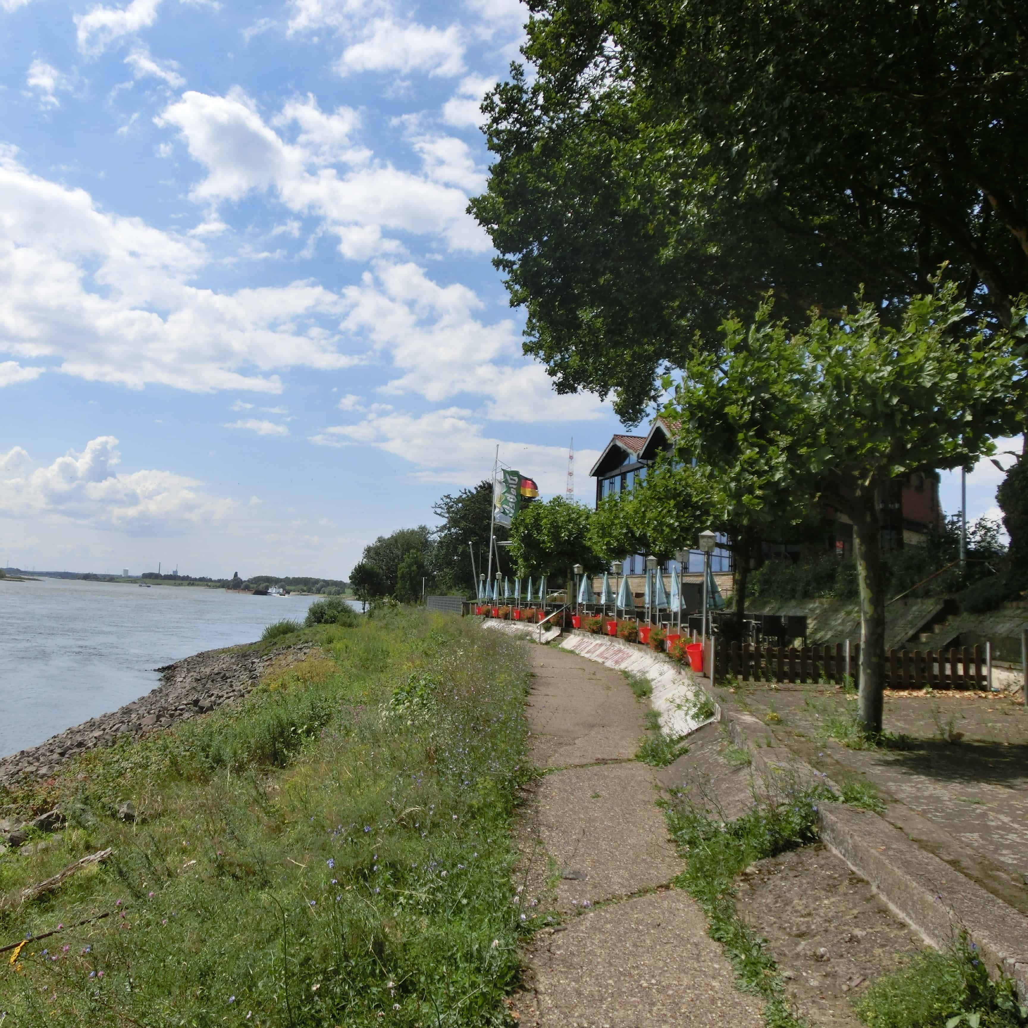 Das Bild zeigt die Rheinpromenade in Götterswickerhamm