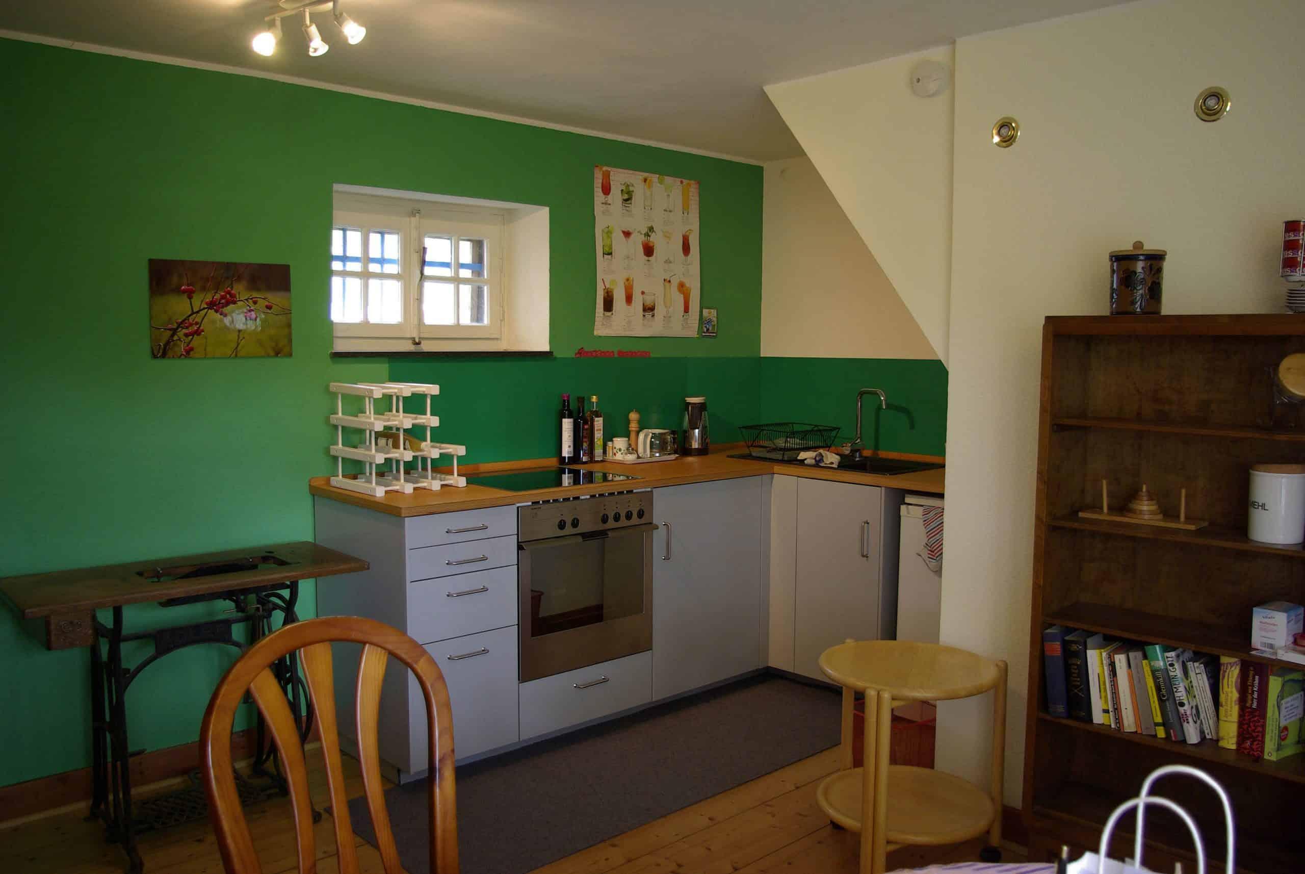 Das Bild zeigt den Küchenbereich der Ferienwohnung Holunderstübchen