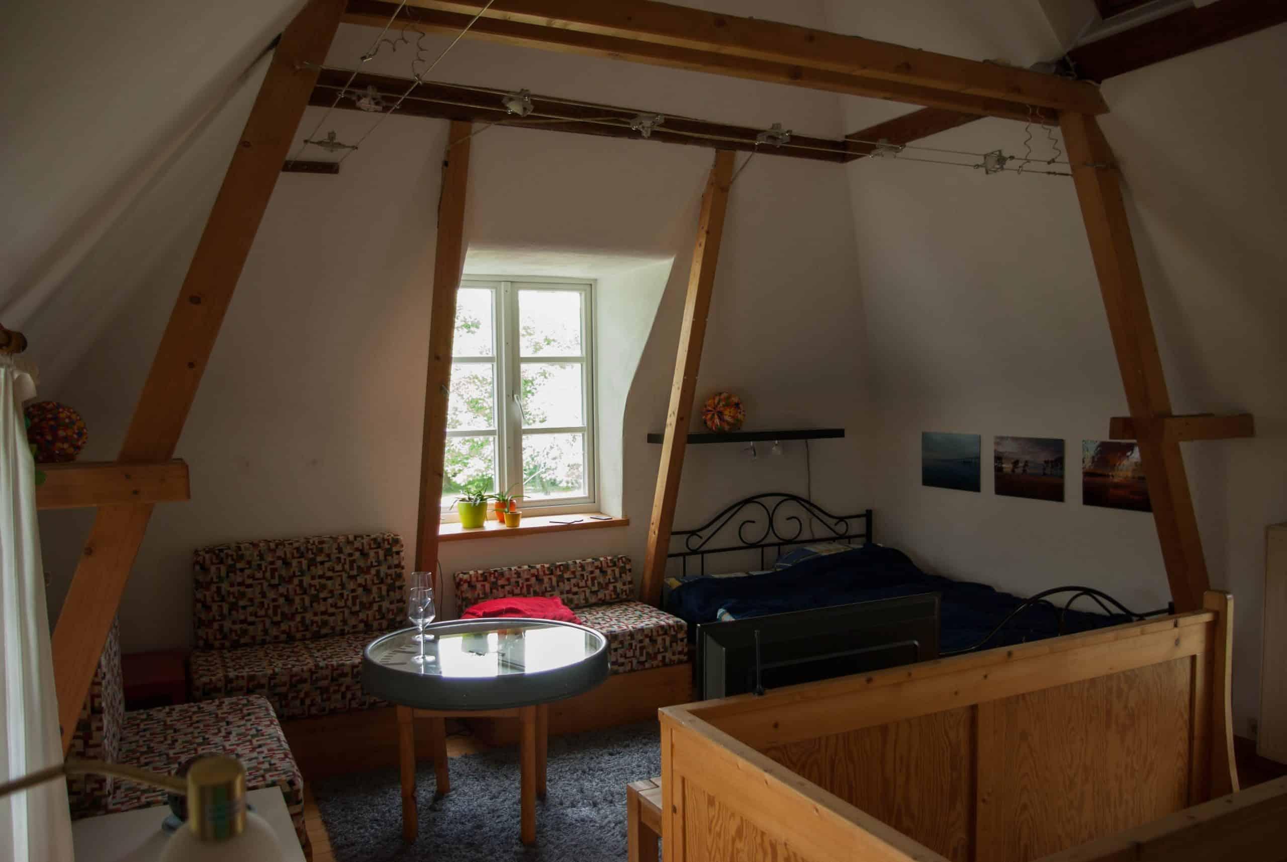 Das Bild zeigt den Wohnbereich der Ferienwohnung Holunderstübchen