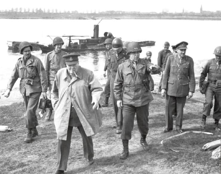 Das Bild zeigt den ehemaligen britischen Premierminister auf dem Ostufer des Rheines auf voerder Gebiet