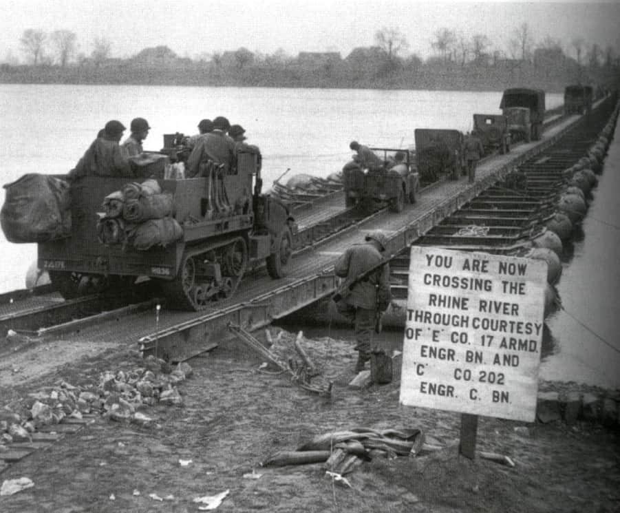 Das Bild zeigt eine Pontonbrücke im 2. Weltkrieg über den Rhein bei Ork